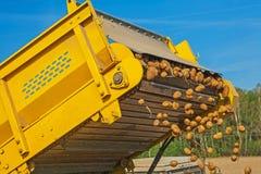 Loadding der Kartoffel im Ernteabschluß herauf Ansicht an Stockfoto