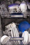 Loades da máquina de lavar louça em uma cozinha com pratos limpos Imagem de Stock Royalty Free