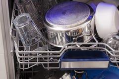 Loades da máquina de lavar louça em uma cozinha com pratos limpos Foto de Stock
