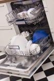 Loades da máquina de lavar louça em uma cozinha com pratos limpos Imagens de Stock Royalty Free