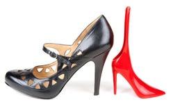 Loafer feminino preto e calçadeira vermelha Foto de Stock Royalty Free