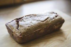 Loafes des frischen gebackenen Brotes mit Beeren der Schwarzen Johannisbeere lizenzfreies stockfoto