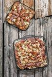 Loafs de carne grelhados Cevapcici rolado no bacon Rolls do bacon e da carne da galinha com a cebola desbastada nas bandejas de c Fotos de Stock Royalty Free
