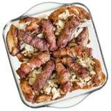 Loafs de carne triturados grelhados Cevapcici e coxas de frango com a cebola desbastada no prato de vidro do cozimento Fotos de Stock