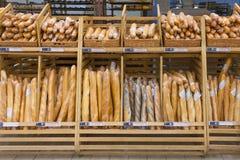 Loafs de pães no contador de madeira fotos de stock royalty free