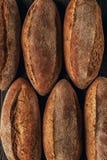 loafs de pão arranjados recentemente cozidos Fotos de Stock Royalty Free