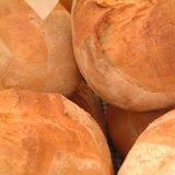 Loafs do pão em um mercado Fotos de Stock Royalty Free
