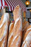 Loafs frescos do pão francês fora de uma padaria em Paris França Imagens de Stock