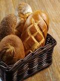 Loaves av bröd i en korg Arkivfoto
