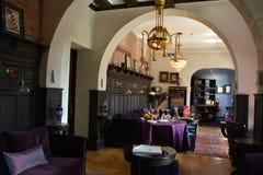 Lobby av det lilla lyxiga hotellet i Santiago Royaltyfri Bild