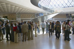 Lobby av Louvremuseet, Paris, Frankrike Royaltyfria Bilder