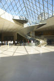 Lobby av Louvremuseet, Paris, Frankrike Arkivfoton
