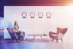 Lobby blanc de bureau de mur avec des horloges, femme Image stock