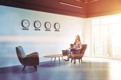 Lobby blanc de bureau de mur avec la fille de vue de côté d'horloges Photos libres de droits