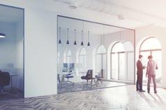 Lobby blanc moderne de bureau de mur, hommes d'affaires Image stock