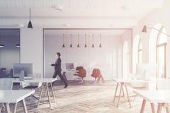 Lobby blanc moderne de bureau de mur, vue de côté modifiée la tonalité Photos stock
