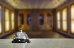 Lobby d'hôtel avec la cloche de service image libre de droits