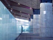 Lobby d'immeuble de bureaux ou fond d'aéroport Intérieur moderne Glace et béton Photos stock