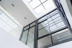 Lobby d'immeuble de bureaux ou fond d'hôpital Portes en verre moder image stock