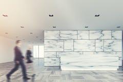 Lobby de marbre et en verre de réception, les gens Image libre de droits