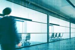 Lobby de société de mur de verre, homme d'affaires Image libre de droits