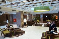 Lobby doucement focusedelegant d'hôtel à Lisbonne, Portugal Hôtel de Fenix Homme d'affaires s'asseyant ? la table image stock