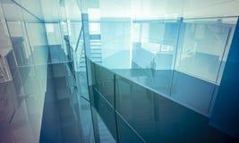 Lobby.Empty-kontor med kolonner och stora fönster, inomhus buildi Royaltyfria Bilder