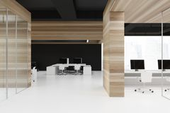 Lobby en bois de bureau avec un plafond noir Photos stock