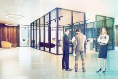 Lobby en verre et en bois de bureau modifié la tonalité Images stock