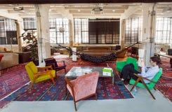 Lobby för vindstilhotell med tappningmöblemang, stolar och mattor inom arkivbilder