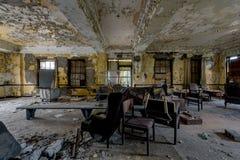 Lobby mit Möbeln - verlassenes Krankenhaus u. Pflegeheim lizenzfreie stockbilder