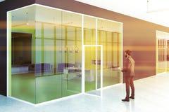 Lobby moderne jaune et gris de bureau, homme d'affaires Photos libres de droits