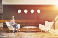 Lobby noir de bureau de mur avec des horloges, femme Images stock