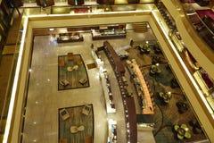 Lobby, vardagsrum och stång för lyxigt hotell Arkivbild