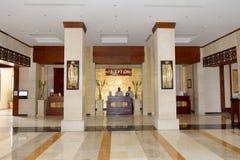 Lobbyen av för strandsemesterort för soluppgång det arabiska lyxiga hotellet Arkivfoton