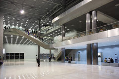 lobbyfolkstanden går royaltyfri bild