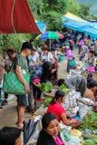 Lobesa村庄, Punakha,不丹- 2016年9月11日:未认出的人在每周农夫市场上 库存图片