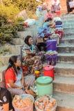 Lobesa村庄, Punakha,不丹- 2016年9月11日:未认出的人在每周农夫市场上 图库摄影