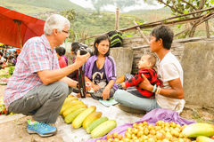 Lobesa村庄, Punakha,不丹- 2016年9月11日:未认出的人在每周农夫市场上 免版税库存照片