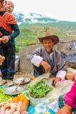 Lobesa村庄, Punakha,不丹- 2016年9月11日:未认出的微笑的老人在每周农夫市场上 库存照片