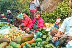 Lobesa-Dorf, Punakha, Bhutan - 11. September 2016: Nicht identifizierte Leute am wöchentlichen Landwirtmarkt Stockbilder