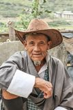 Lobesa-Dorf, Punakha, Bhutan - 11. September 2016: Nicht identifizierter lächelnder alter Mann mit dem Hut, der am wöchentlichen  Stockfotos