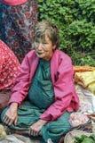 Lobesa by, Punakha, Bhutan - September 11, 2016: Oidentifierad gammal kvinna på veckobondemarknaden Royaltyfri Bild