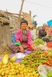 Lobesa by, Punakha, Bhutan - September 11, 2016: Oidentifierad le kvinna på veckobondemarknaden Arkivbilder