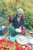 Lobesa by, Punakha, Bhutan - September 11, 2016: Oidentifierad le kvinna på veckobondemarknaden Royaltyfri Bild