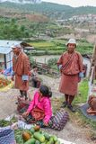 Lobesa by, Punakha, Bhutan - September 11, 2016: Oidentifierat folk på veckobondemarknaden Royaltyfri Fotografi