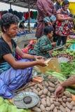 Lobesa by, Punakha, Bhutan - September 11, 2016: Oidentifierat folk på veckobondemarknaden Fotografering för Bildbyråer