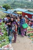 Lobesa by, Punakha, Bhutan - September 11, 2016: Oidentifierat folk på veckobondemarknaden Arkivfoton