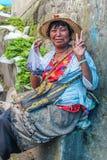 Lobesadorp, Punakha, Bhutan - September 11, 2016: Niet geïdentificeerde glimlachende vrouw bij wekelijkse landbouwersmarkt Royalty-vrije Stock Afbeelding