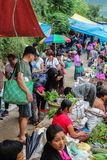 Lobesadorp, Punakha, Bhutan - September 11, 2016: Niet geïdentificeerde mensen bij wekelijkse landbouwersmarkt Stock Afbeelding